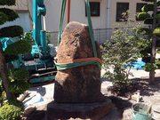 画像:石碑の設置作業